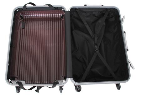 内装を洗える清潔なスーツケースを用意