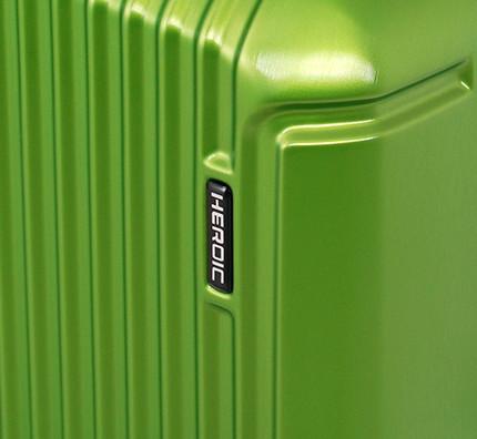 スーツケースの弱点であるボディの角を補強するリブか加工を施して有ります。