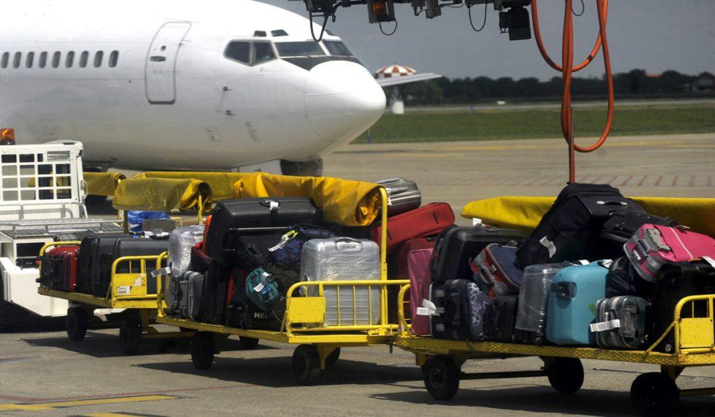 スーツケースの空港内の移動