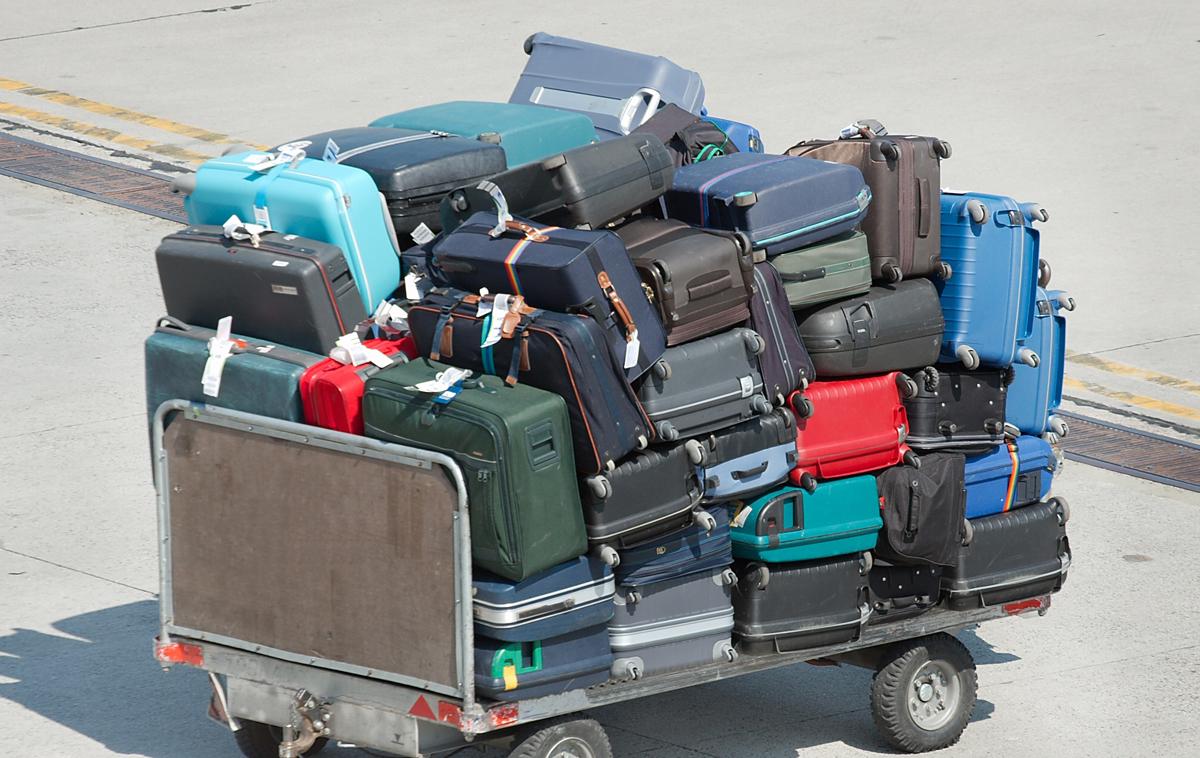 高級品も運ぶときは一山のスーツケース